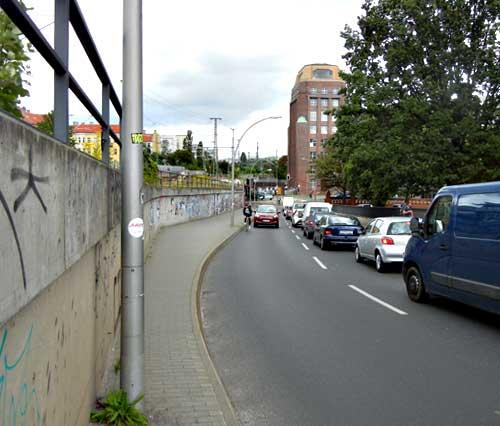 Fahrradfahrer bergauf auf der Kynaststr. Auto fährt hinterher und kann nicht überholen.